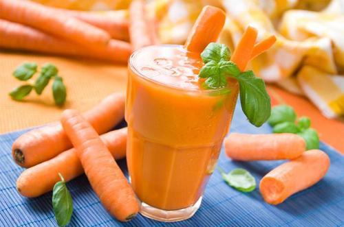 Из моркови, редьки и свеклы выдавить сок