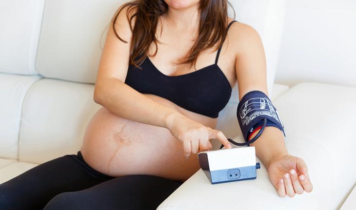 Высокое давление при беременности: что делать и что принимать, чем опасны такие показатели для матери и ребёнка?