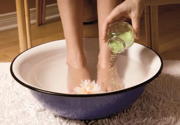 Приготовить горячую ванну для ног