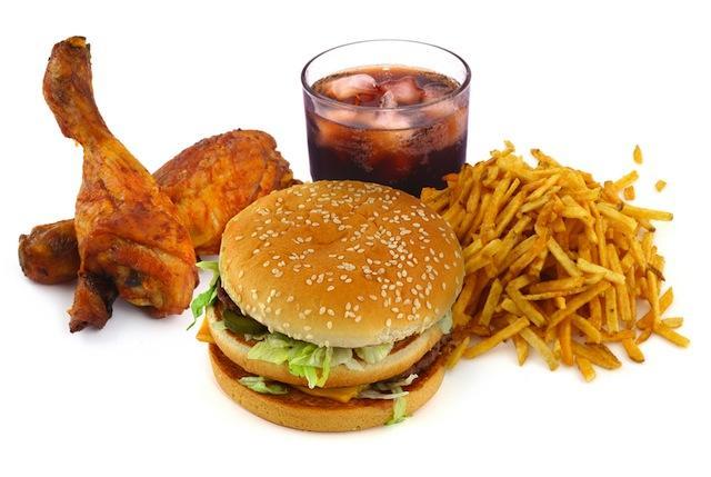 Плохо питается: употребляет жирную, острую, копченую, сладкую еду