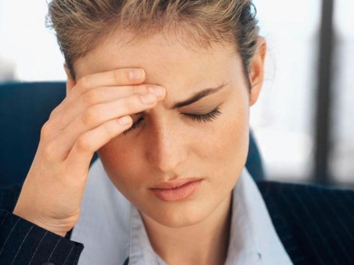 больной испытывает сильную боль в области висков