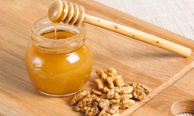 Жидкий мед и орехи при давлении